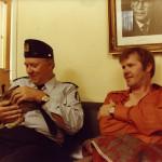 Jäniksen vuosi (1977). Ohjaus: Risto Jarva. Kuvassa: Kauko Helovirta, jänis ja Antti Litja